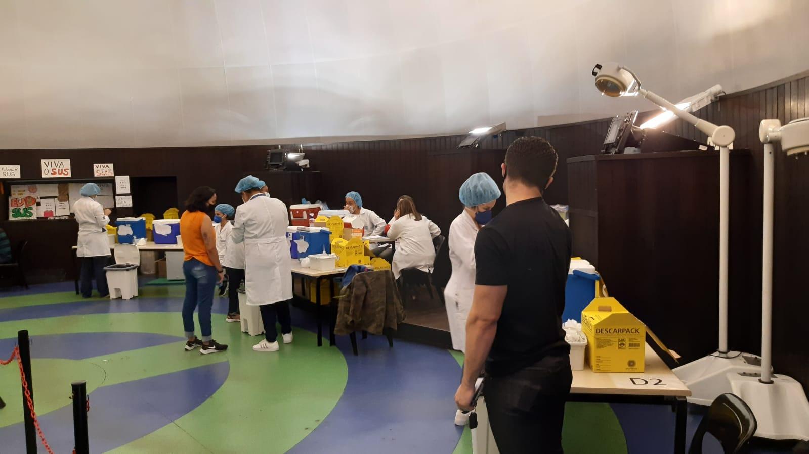 Na imagem, agentes da prefeitura na campanha de vacinação contra a covid-19