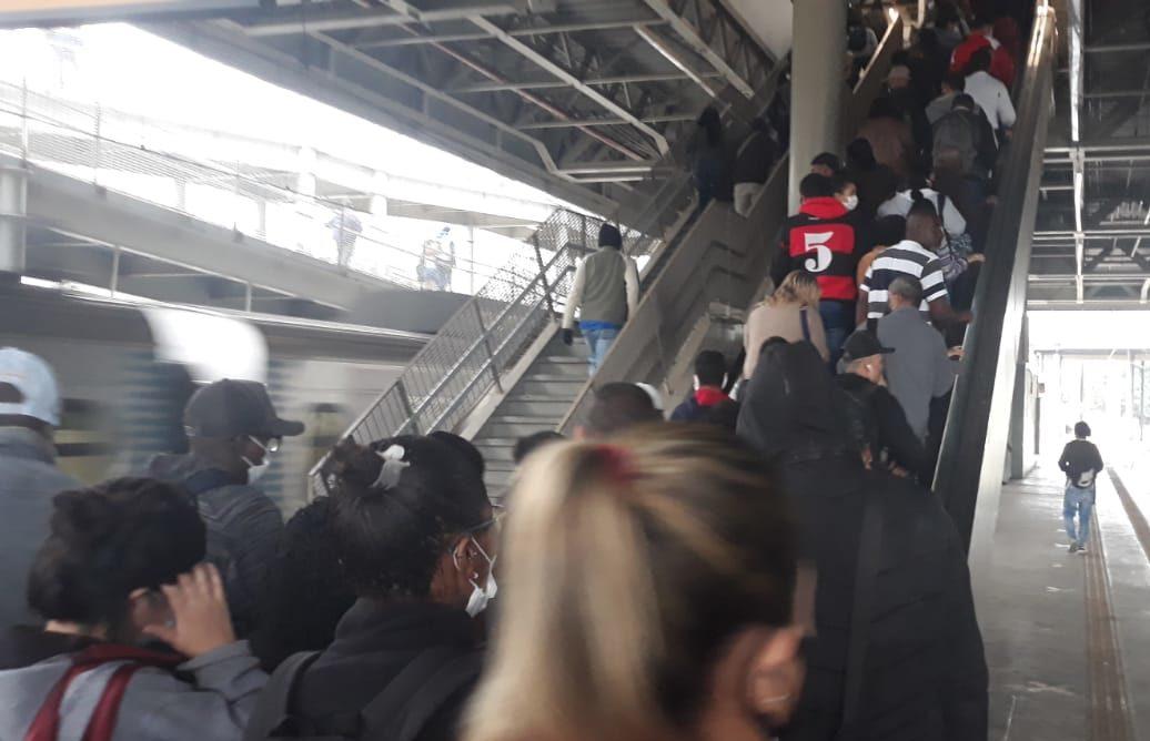 Passageiros se aglomerando nas escadarias da Estação São Cristóvão