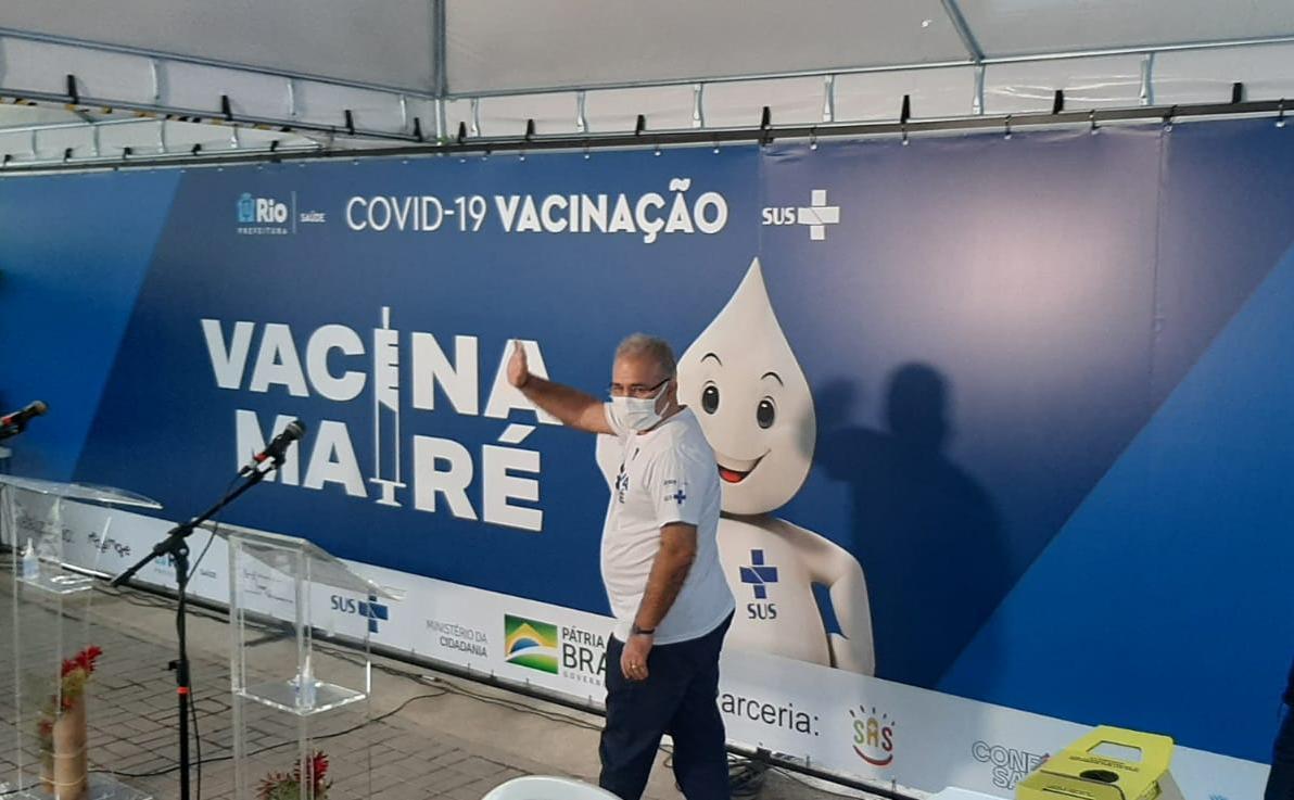 Marcelo Queiroga cumprimenta a imprensa e o público presente ao chegar na clínica da família Adib Jatene, no Complexo da Maré