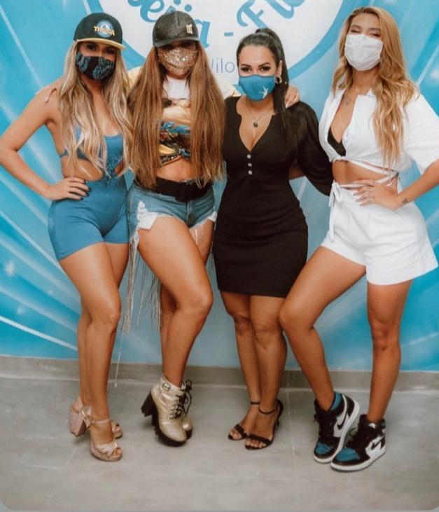 Na imagem, Raíssa de Oliveira ao lado de Lexa, mãe da Lexa e Pocah