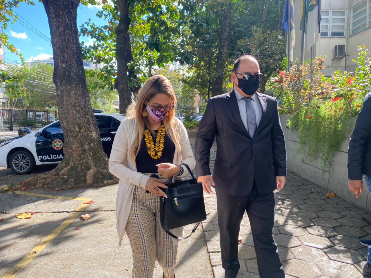Jaqueline Campos com o advogado