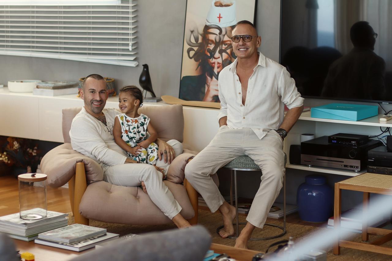 Na imagem, Em pé Benjamin Cano, Louis sentado e o filho