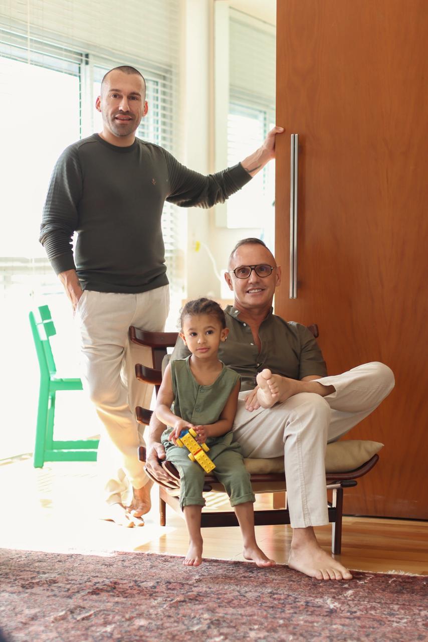 Na imagem, Benjamin Cano, Louis sentado e o filho
