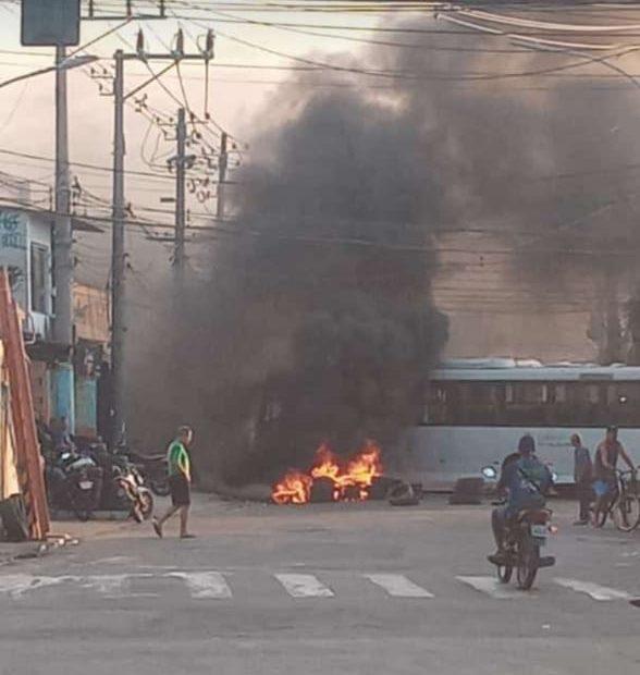 Carro incendiado durante manifestação
