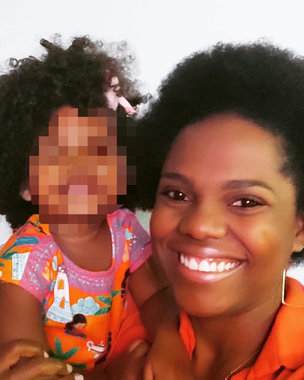 Criança de 2 anos que sofreu injúria racial com a mãe