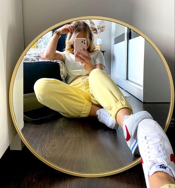 sentado no espelho