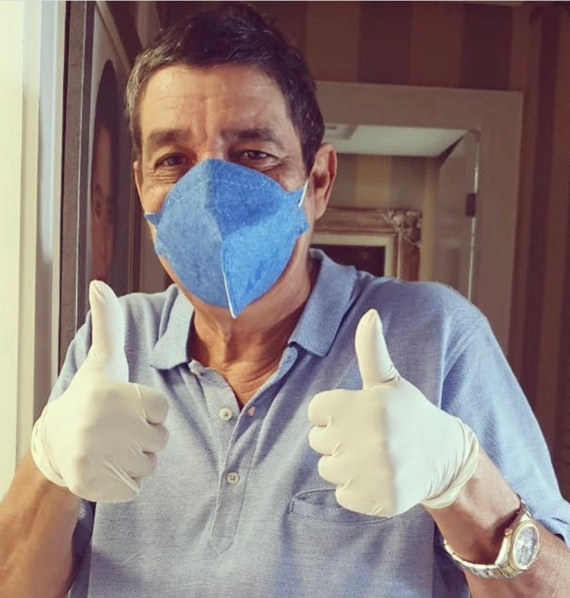 Zeca Pagodinho com máscara e luvas se prevenindo contra a Covid-19