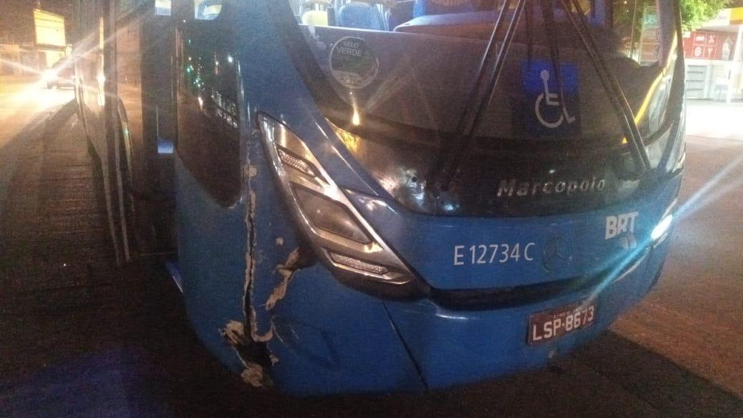 Imagem de um articulado do BRT batido