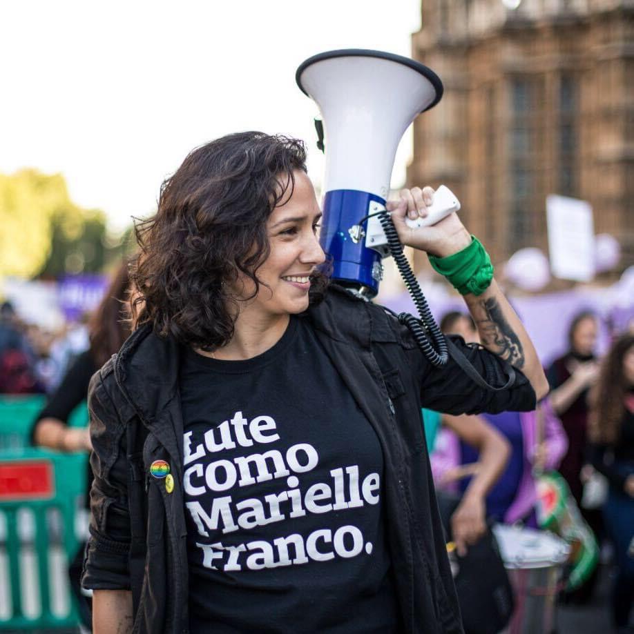 Mônica Benício segurando megafone