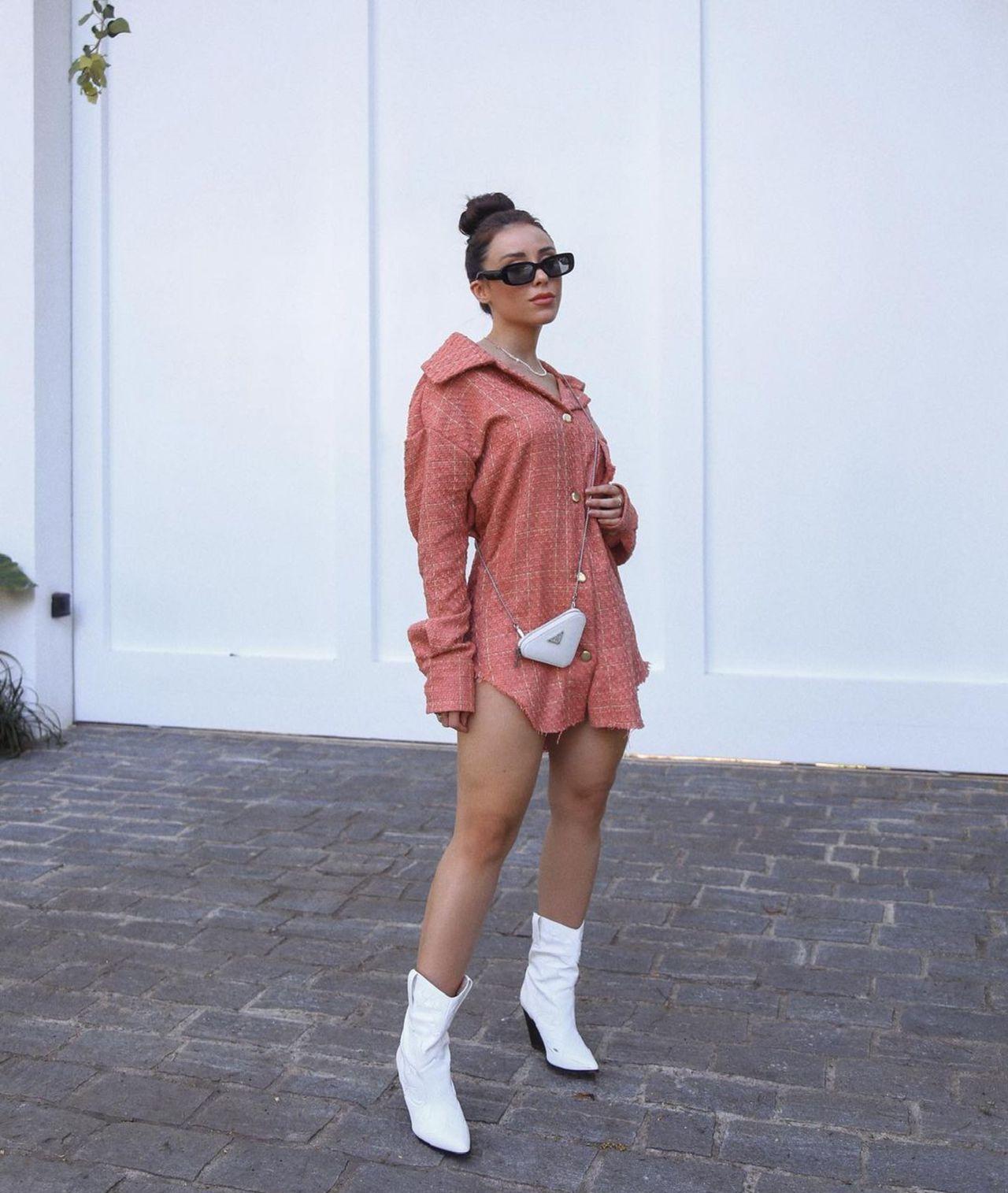 modelo sendo vestida pelo estilista Kaique Oliveira