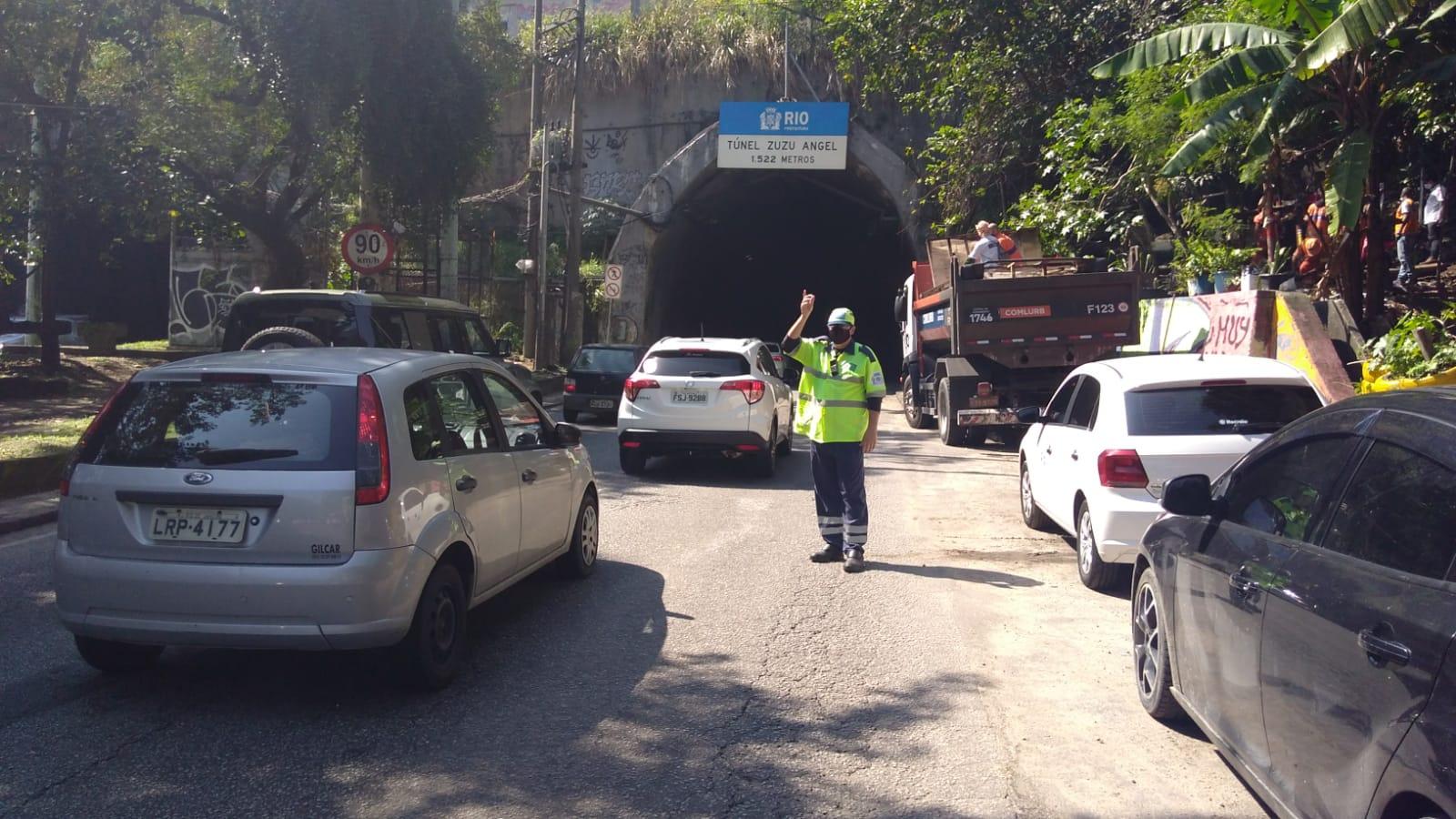 Imagem de um agente de trânsito no acesso aoTúnel Zuzu Angel