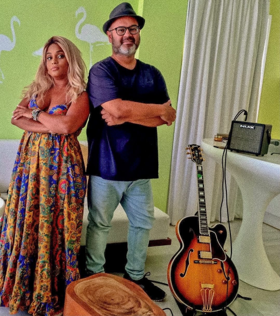 cantora brasileira Tami Braga  ao lado do  guitarrista oficial da cantora, Robin Banerjee
