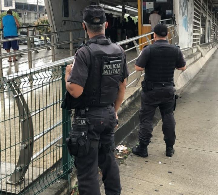 Imagem de dois policiais militares na estrada de uma estação do BRT
