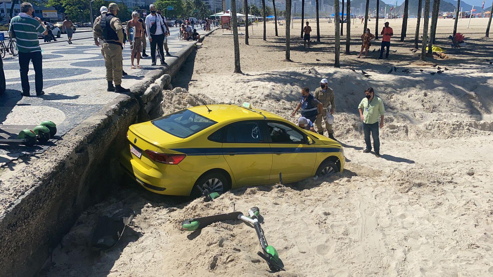 Motorista passou mal e invadiu a areia de Copacabana