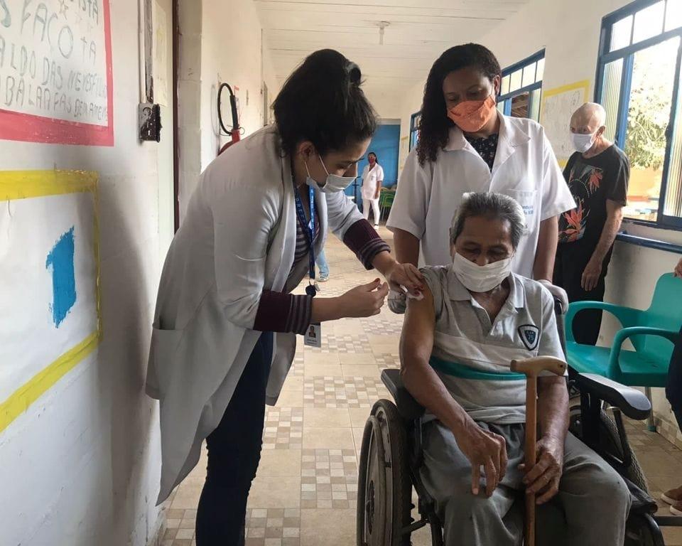 Vacinação da terceira dose na Fundação Leão XIII