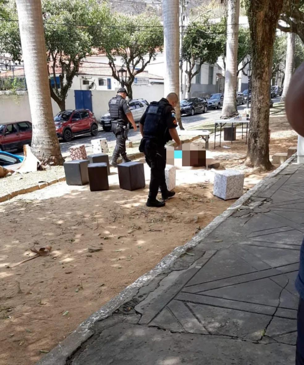 Agentes realizam uma perícia no local do crime