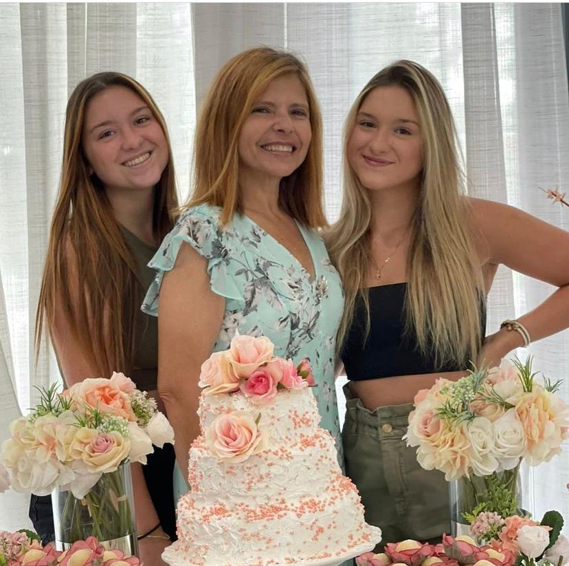Rose Miriam com as filhas Marina e Sofia Liberato na festa de aniversário da mãe