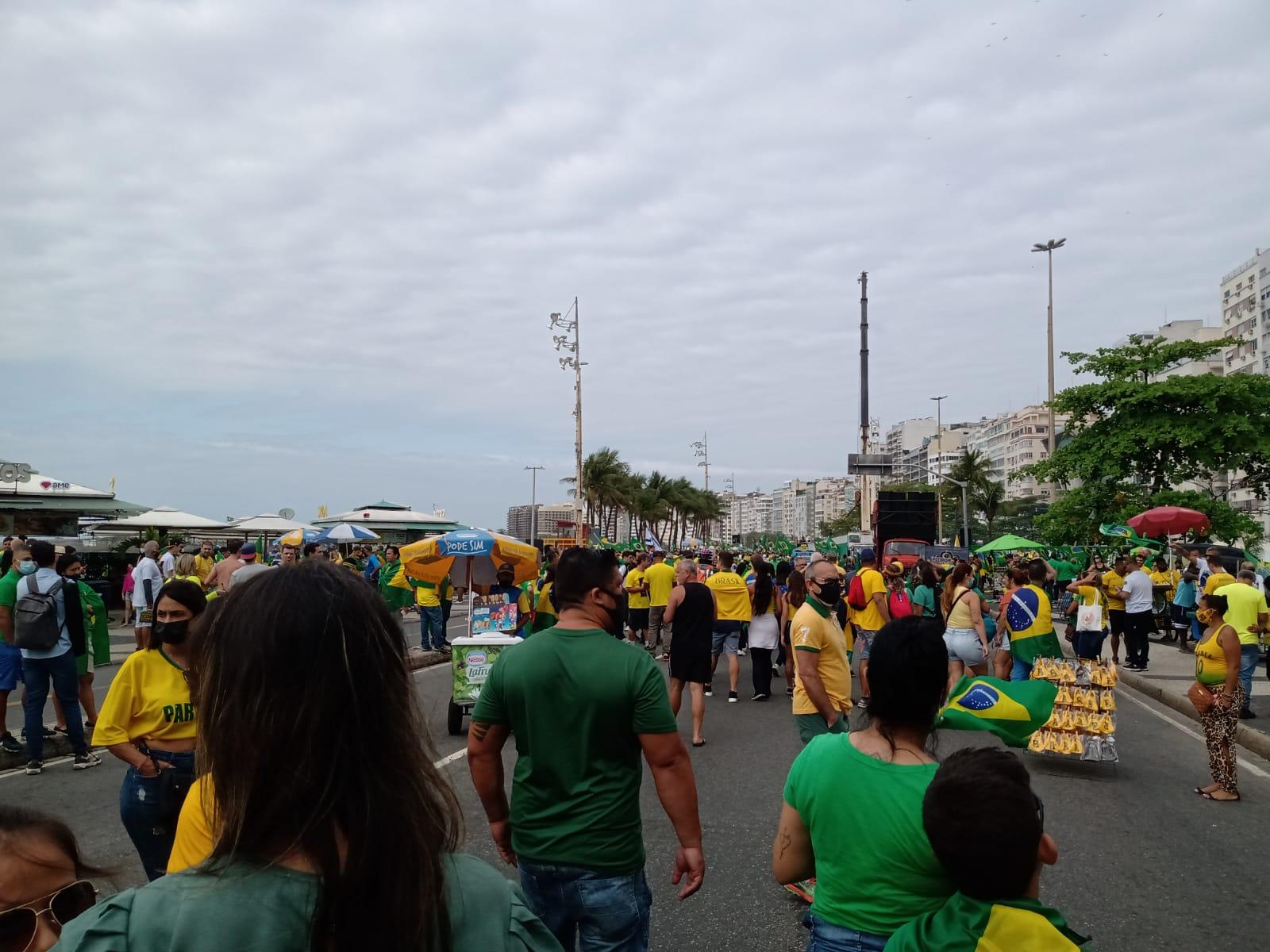 Imagem de manifestantes em Copacabana