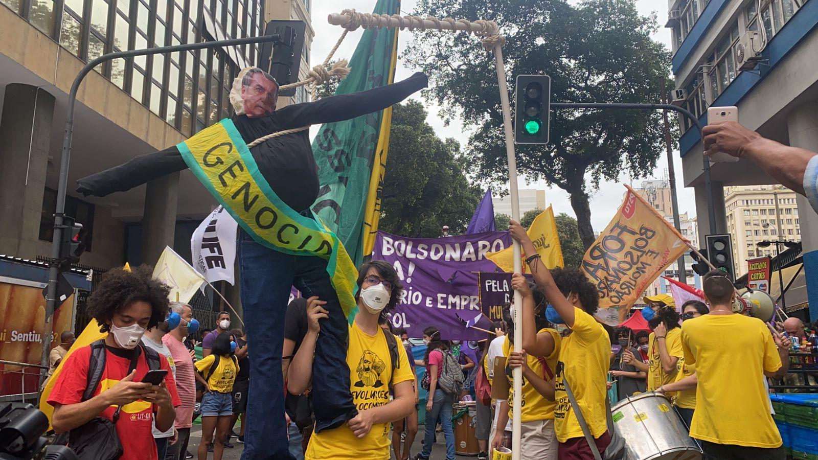 Manifestantes se reúnem no Centro contra Jair Bolsonaro