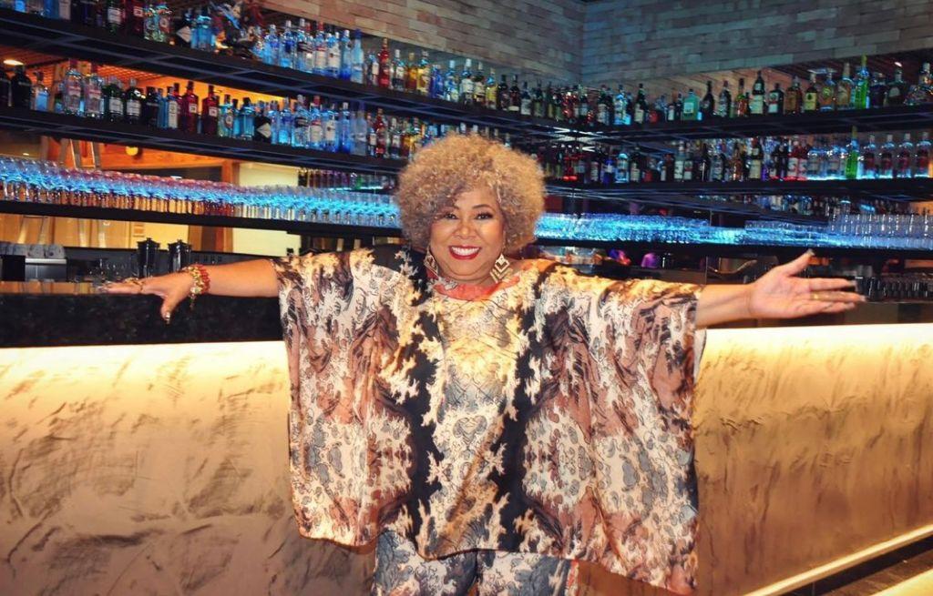 Alcione em eu bar na Barra da Tijuca