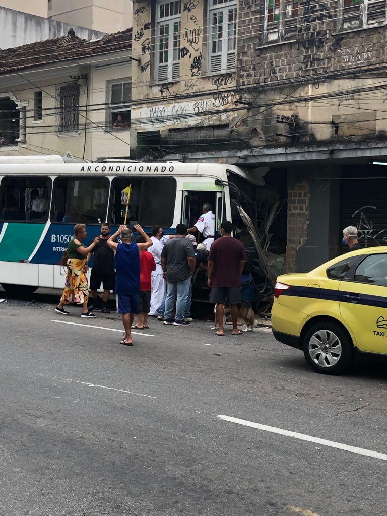 Ônibus invade loja na Tijuca