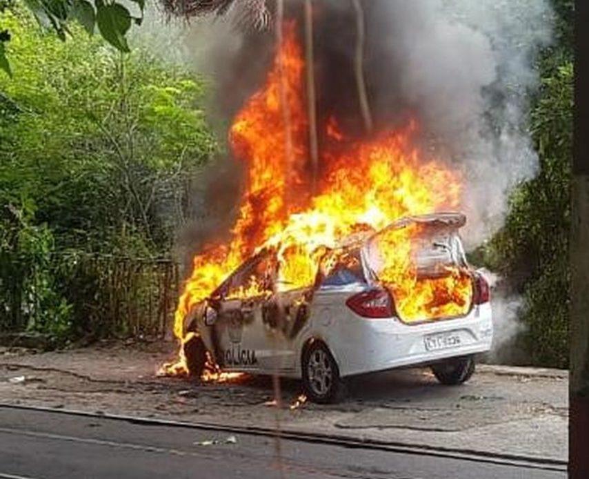 Carro da Polícia Militar incendiado por traficantes