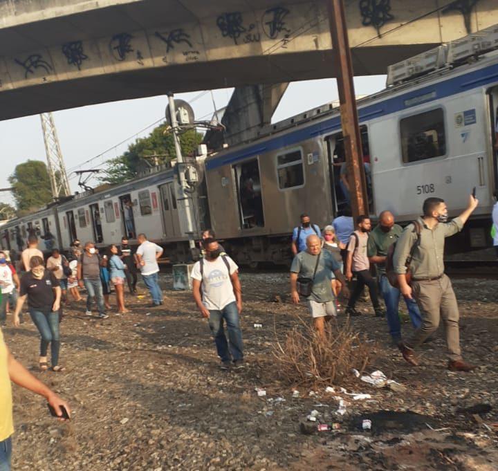 Passageiros na linha férrea da Supervia