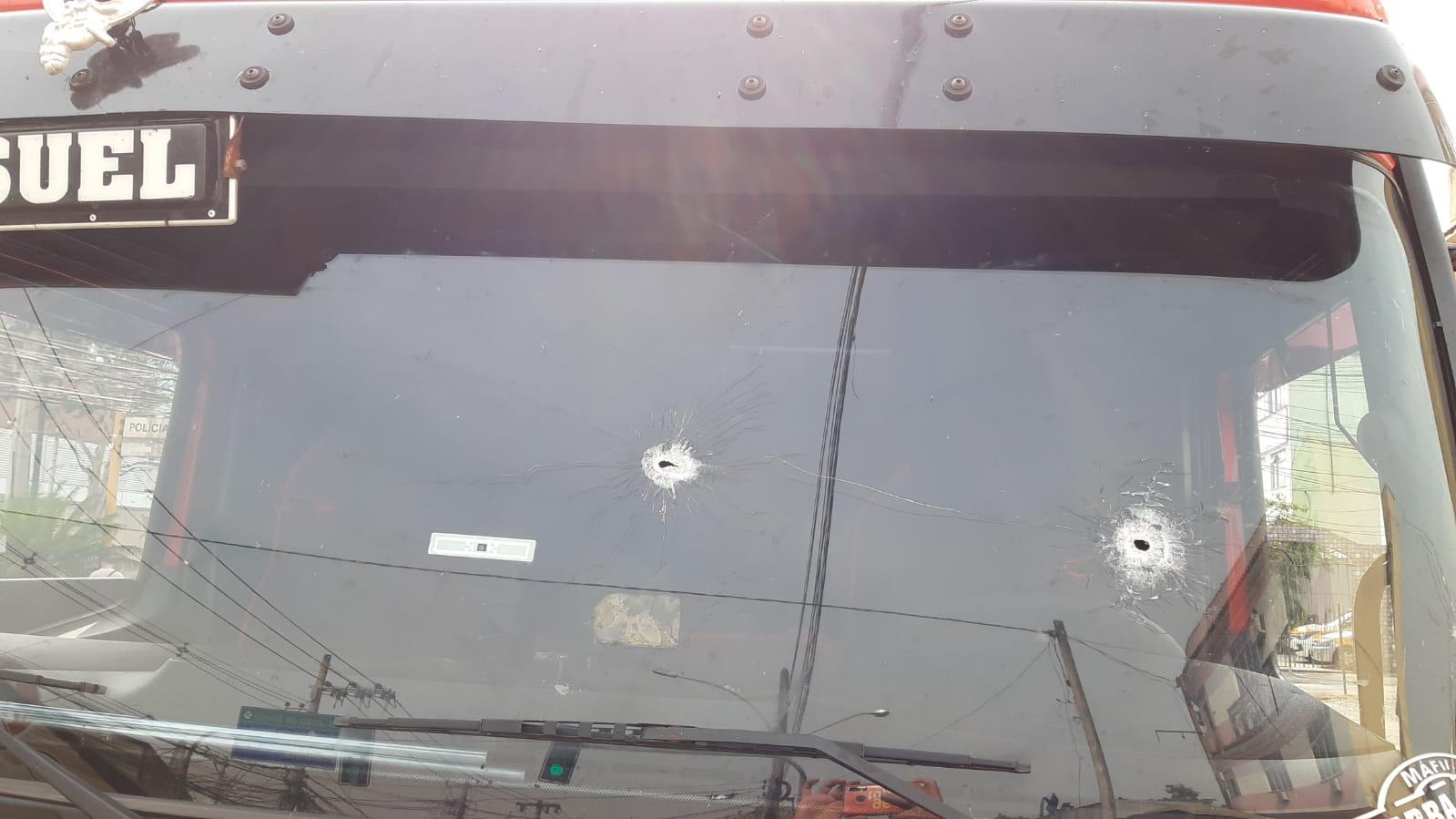 Caminhão saqueado em Costa Barros