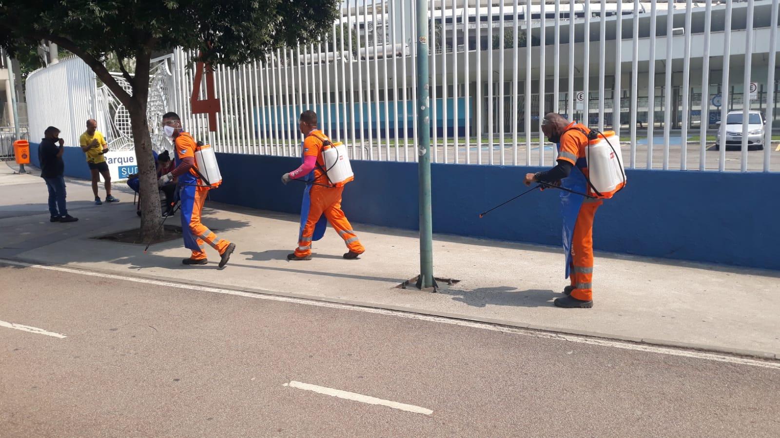 Garis higienizando entorno do Maracanã