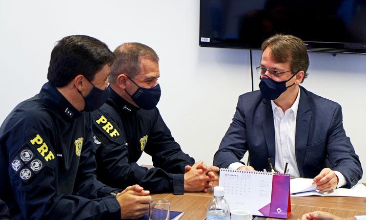 Imagem de três pessoas em reunião