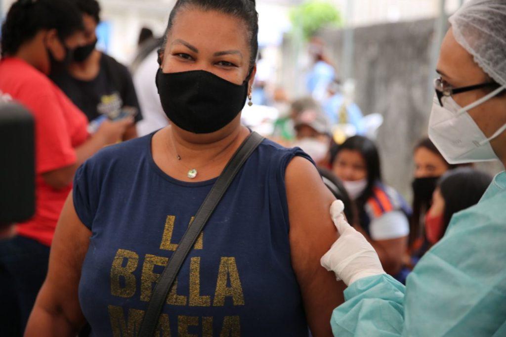 Moradora de Caxias se vacina no mutirão
