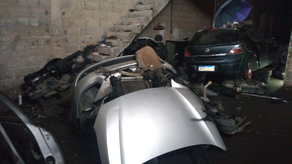 Imagem de um galpão utilizado para desmanche de veículos