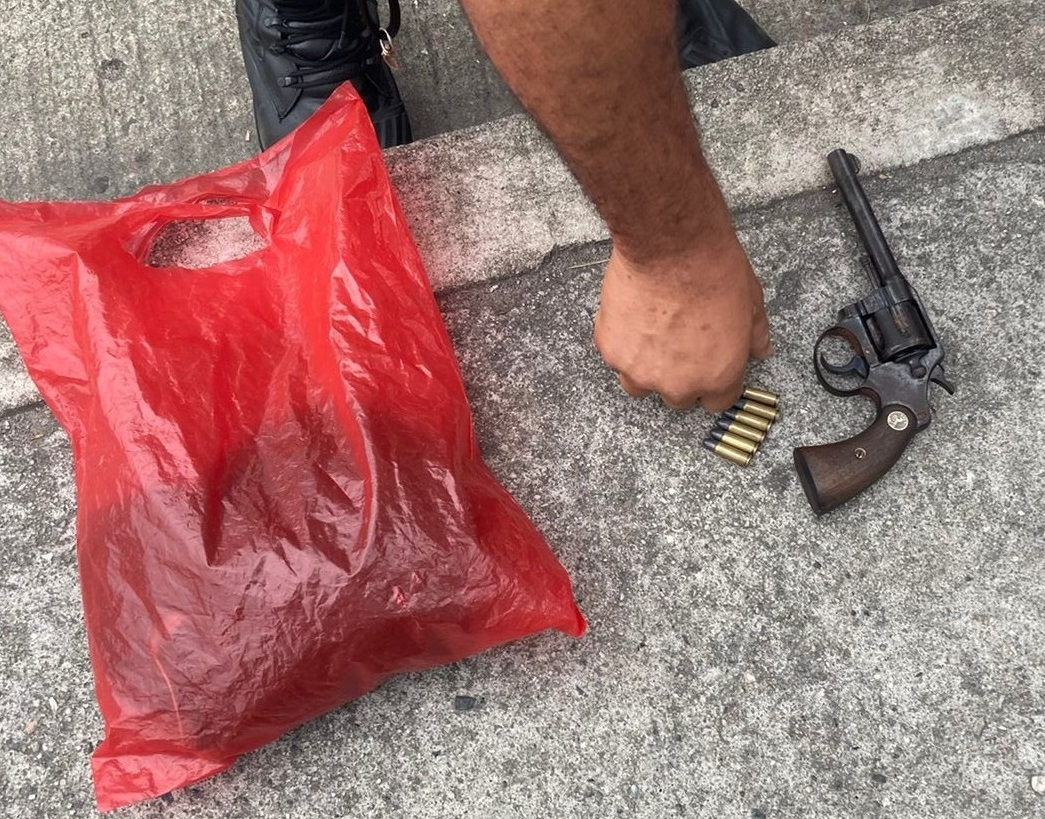 Imagem de um revolver e munições
