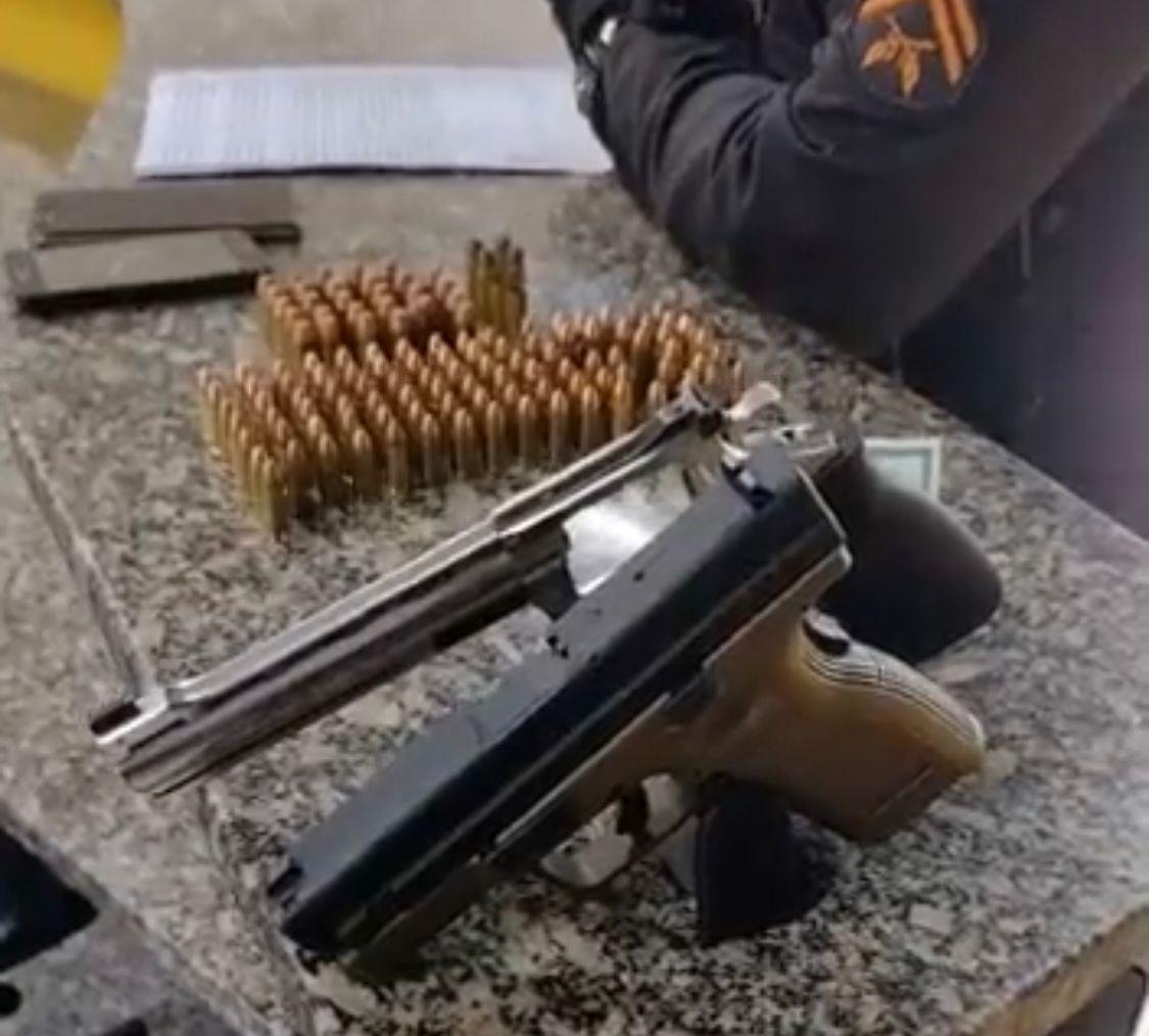 Armas são apreendidas com suspeitos em Macaé