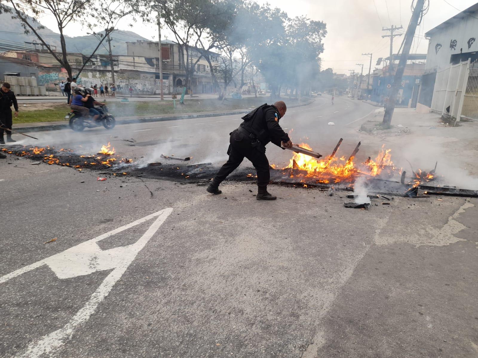 Barricadas obstruíram diversas vias da região