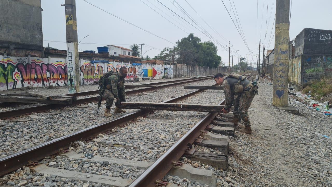 PMs desobstruíram via férrea