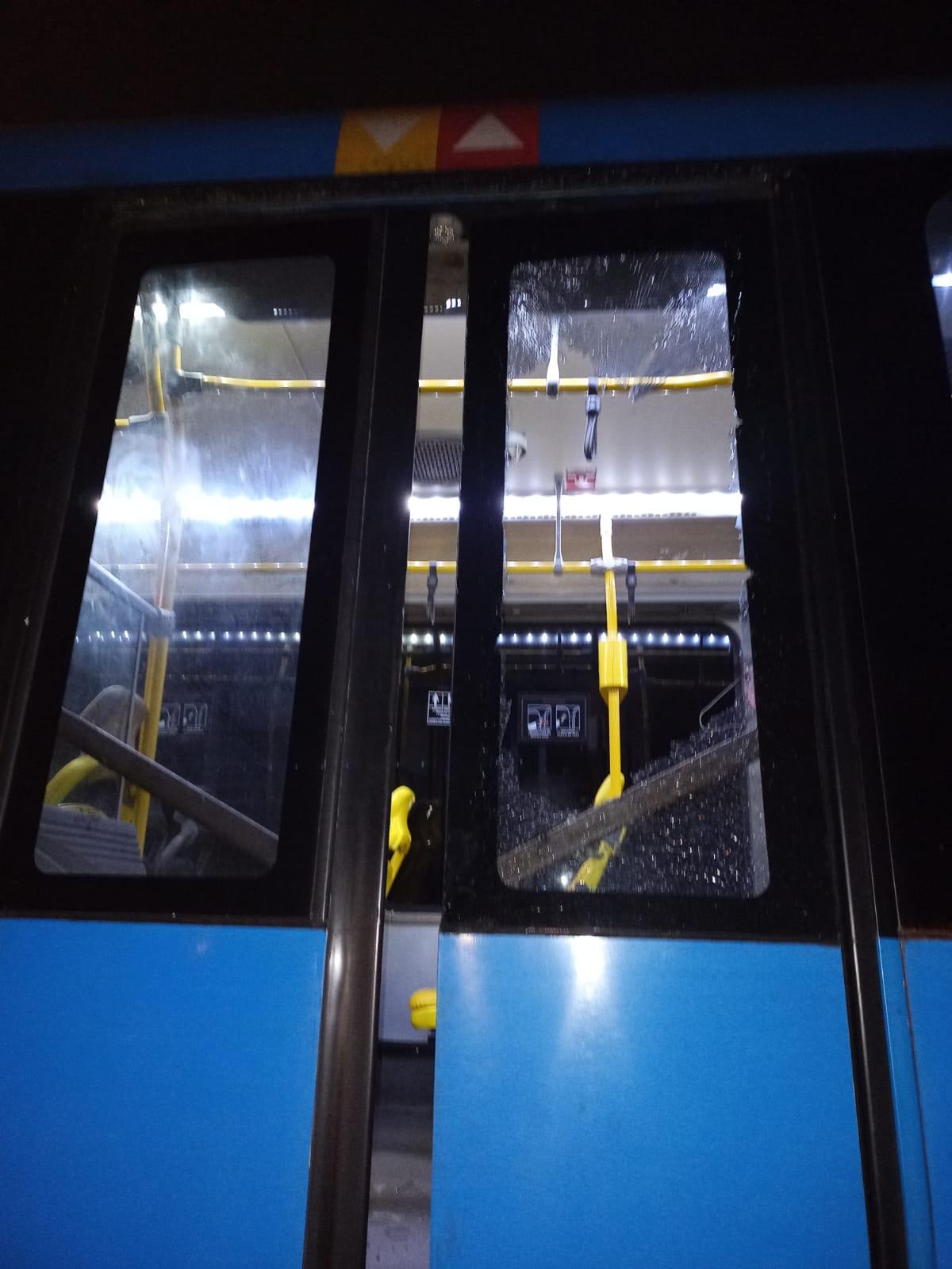 Imagem de um BRT com os vidros quebrados