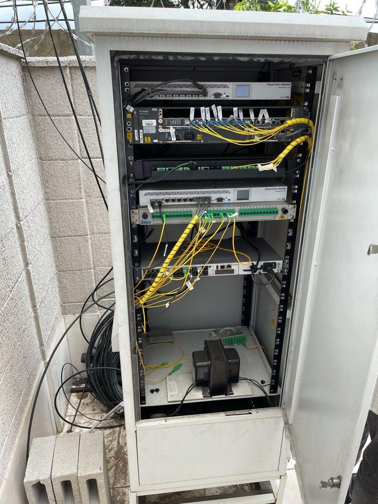 imagem de uma central clandestina de internet