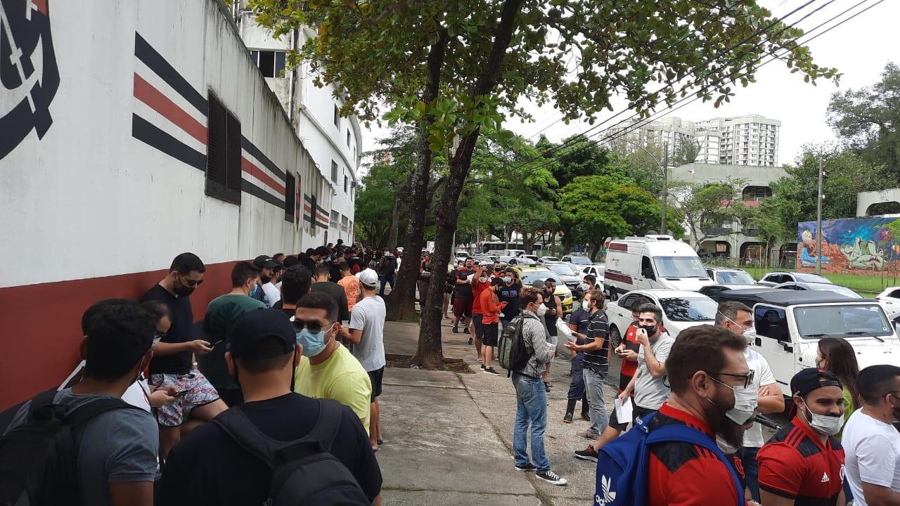 Torcedores aguardam na fila na Gávea a compra do ingresso para a semifinal da Libertadores