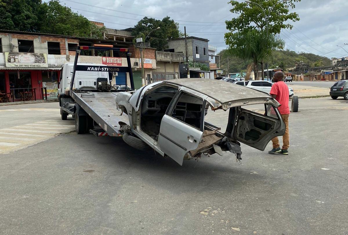 imagem de um reboque removendo uma carcaça de veículo