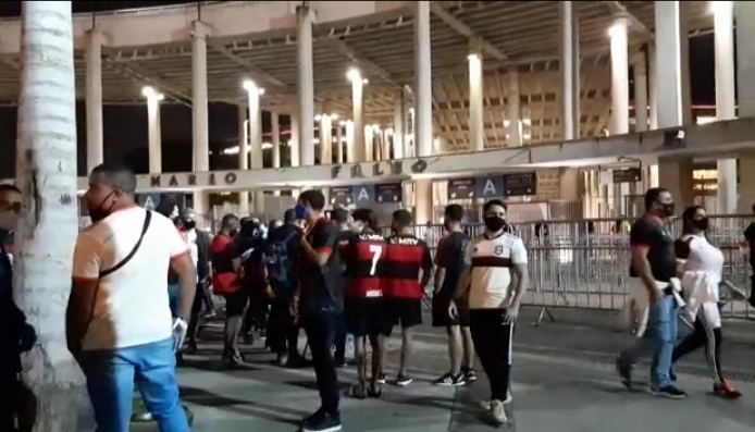 Imagem dos torcedores chegando no Maracanã