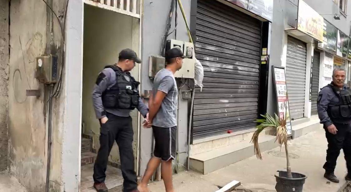 Os agentes cumprem mais de 20 mandados de prisão