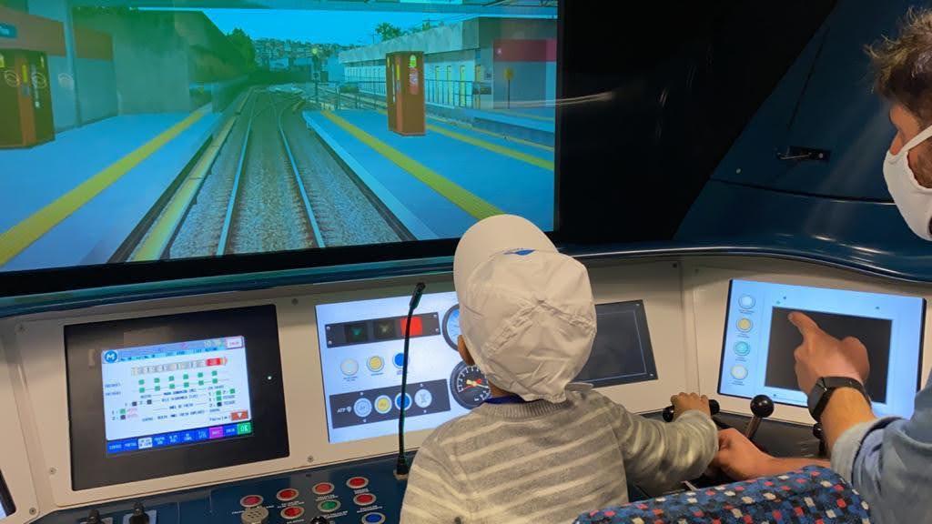 Criança conhecendo o Metrô Rio