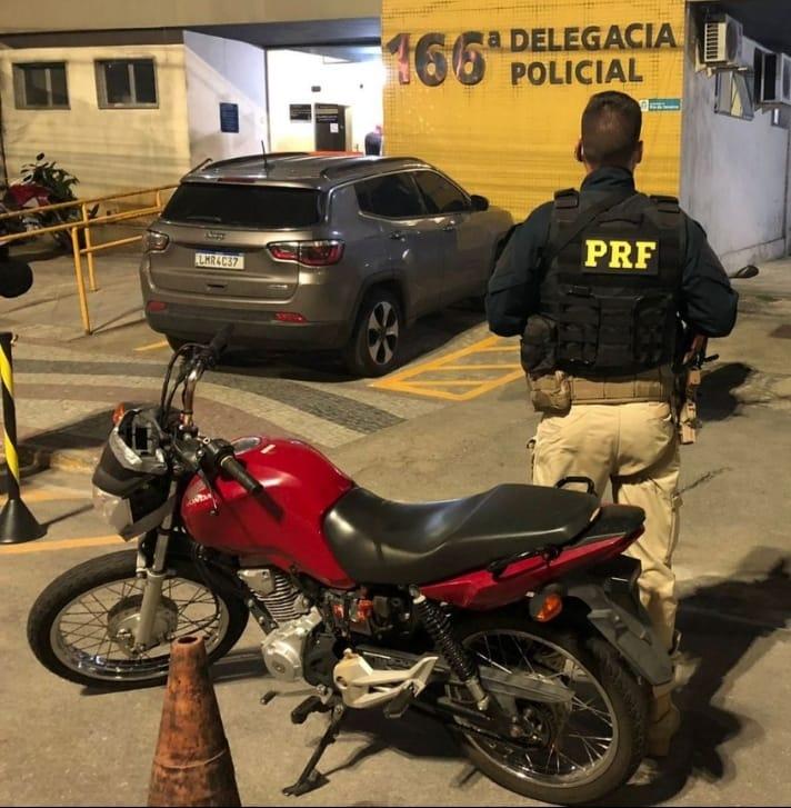 Imagem de um agente da PRF com uma moto recuperada