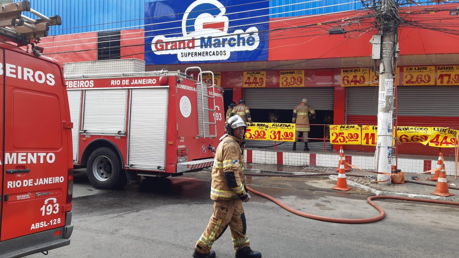 Supermercado pega fogo em Duque de Caxias