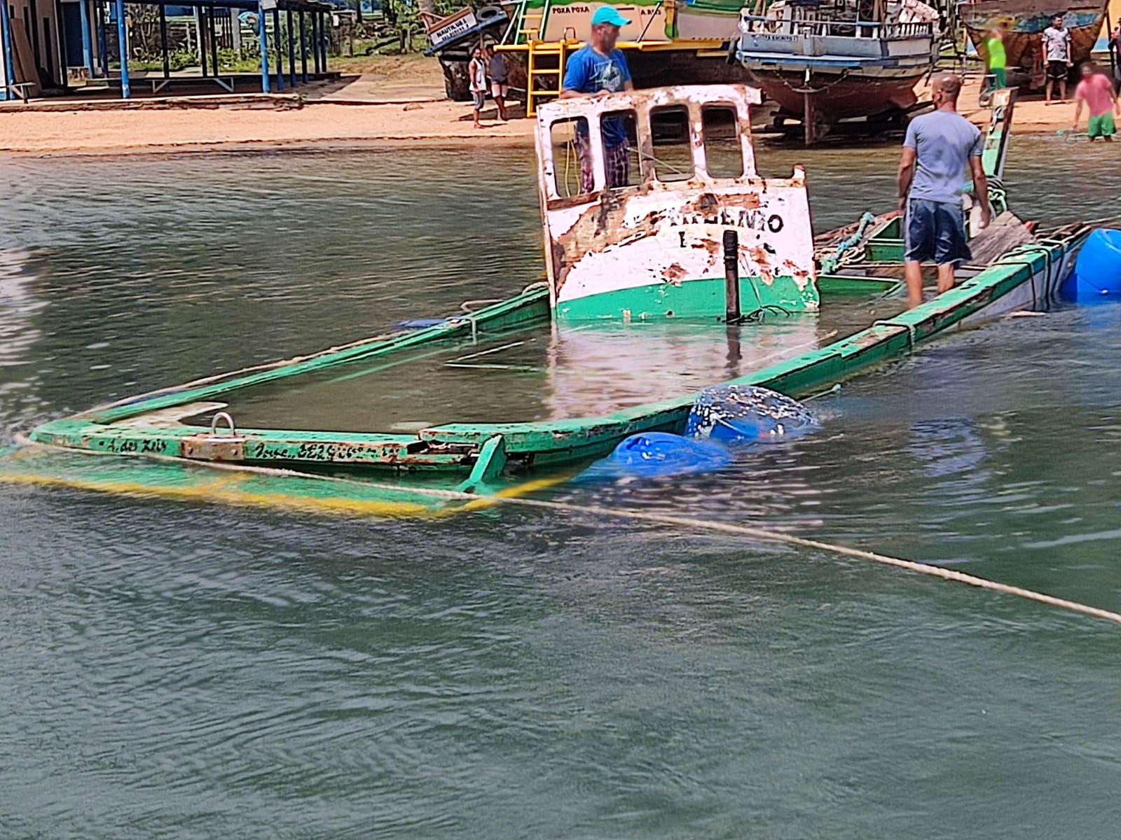 Embarcação onde estava ex-casal morto em Angra dos Reis é retirada do mar