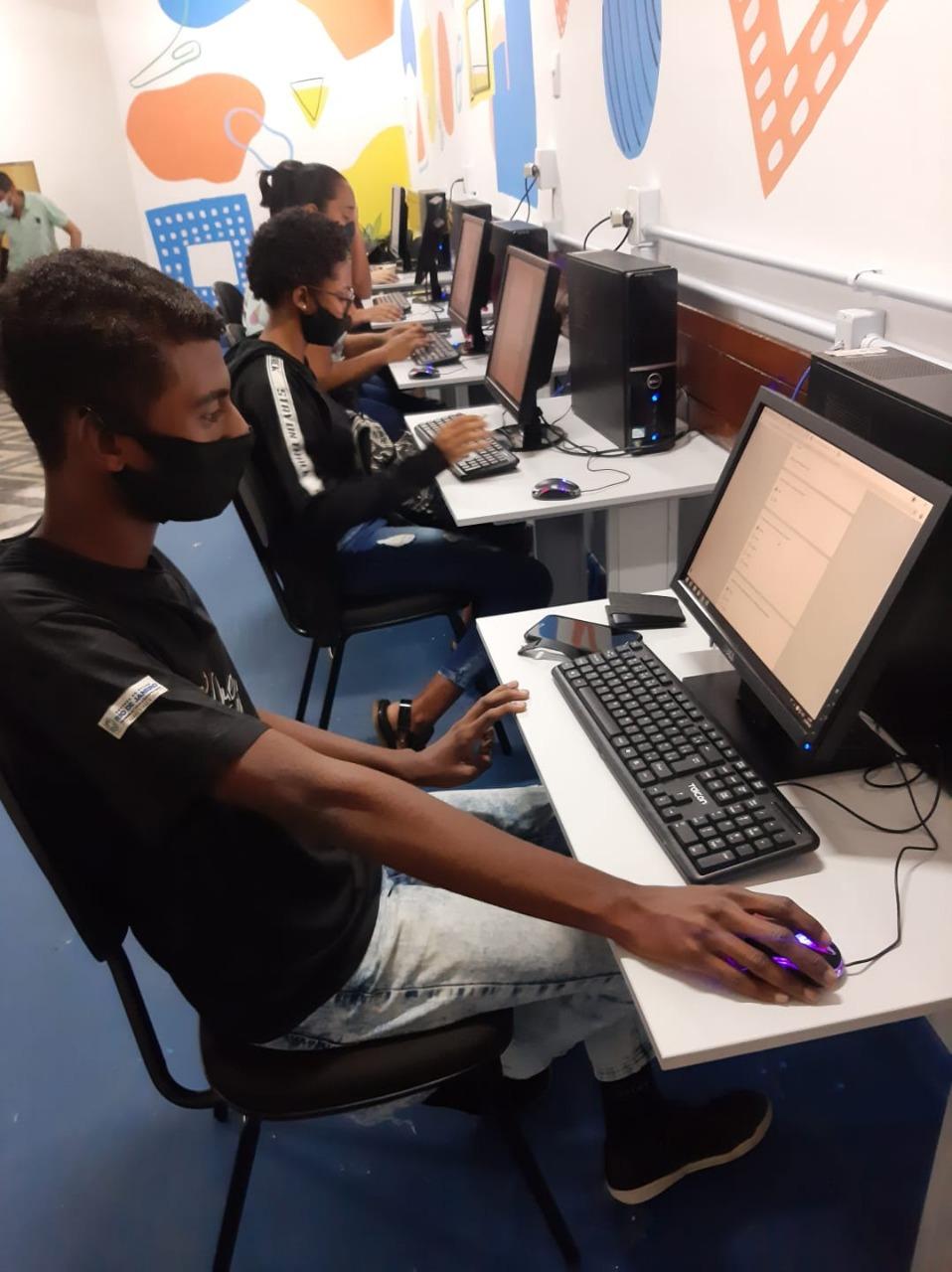 Imagem de alunos em uma laboratório de informática