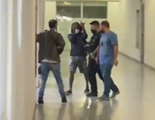 Nego do Borel faz gesto obsceno para a imprensa