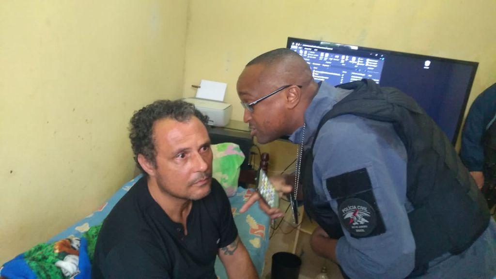 Momento em que o pedófilo é preso por policiais civis