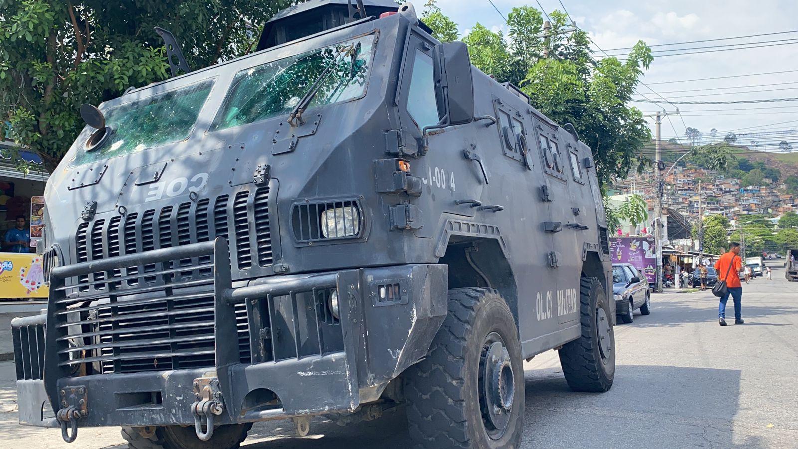 Blindado da Polícia Militar no acesso aos Morros do Juramento e Juramentinho